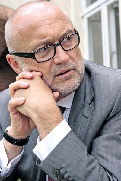 Thomas-Jürgen Muhs, geb. 1952, war in führenden Positionen in den Bereichen Transport und Logistik sowie Konsum- und Luxusgütervertrieb u. a. in Übersee tätig. Zuletzt war Muhs Geschäftsführer einer größeren Rechtsanwaltsgesellschaft.